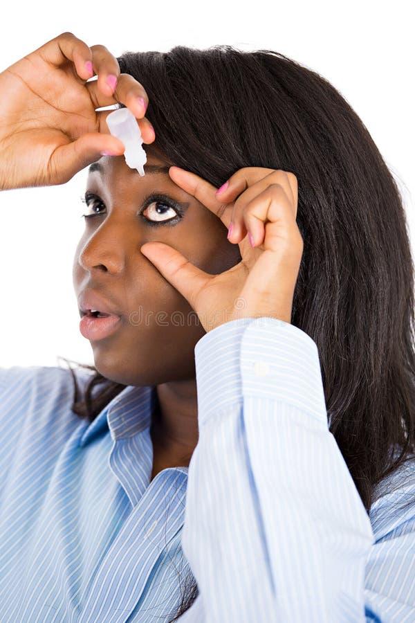 Femme appliquant des gouttes pour les yeux image libre de droits