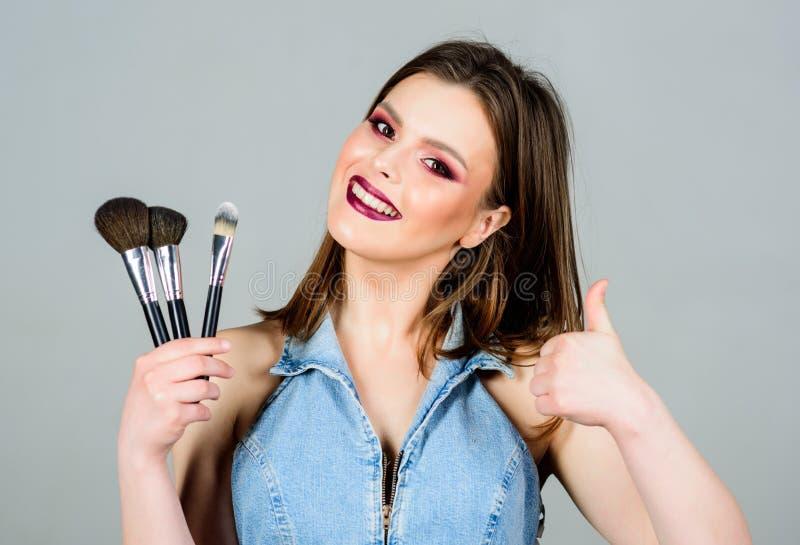 Femme appliquant la brosse de maquillage Approvisionnements professionnels de maquillage Diff?rents balais Concept de cosm?tiques images stock