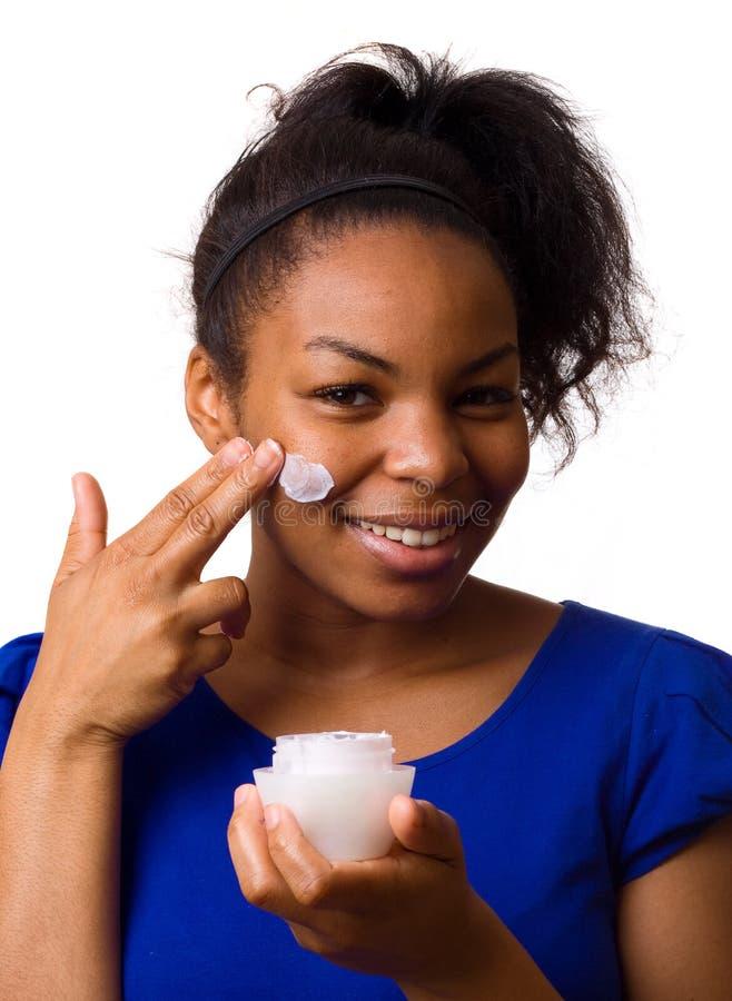 Femme appliquant la crème. photos libres de droits