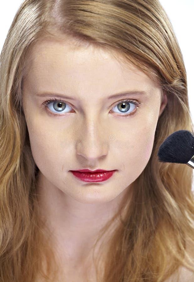 Femme appliquant le blusher photos stock