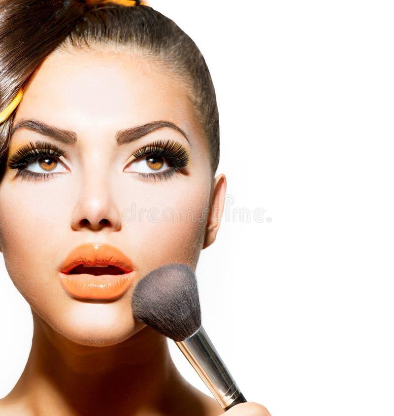 Femme appliquant le maquillage photo stock