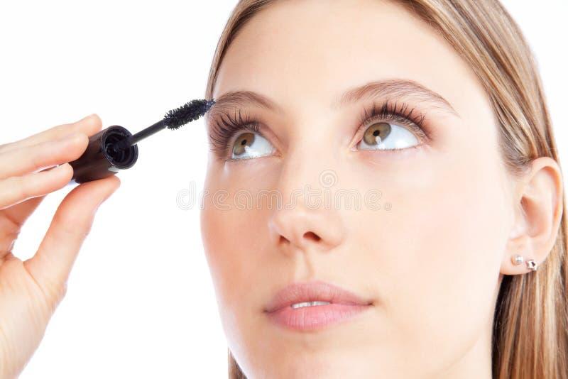 Femme appliquant le mascara photographie stock libre de droits