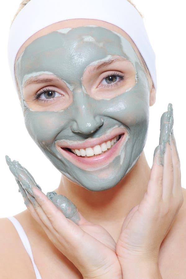 Femme appliquant le masque cosmétique photo stock
