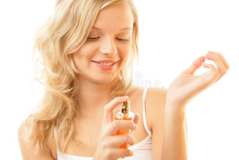 Femme appliquant le parfum sur le poignet photo libre de droits