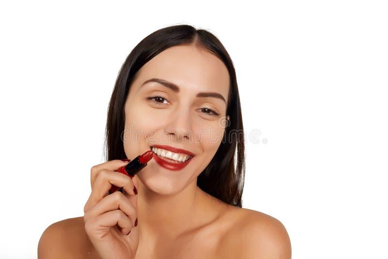 Femme appliquant le rouge à lèvres photos stock