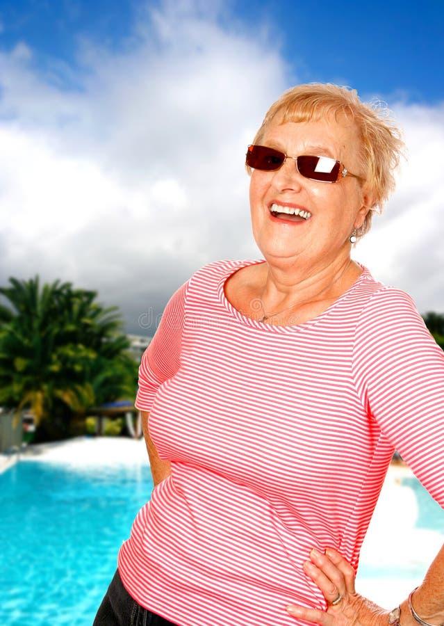 Femme appréciant des vacances ensoleillées image libre de droits