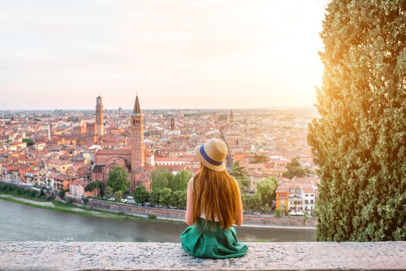 Femme appréciant la belle vue sur la ville de Vérone images stock
