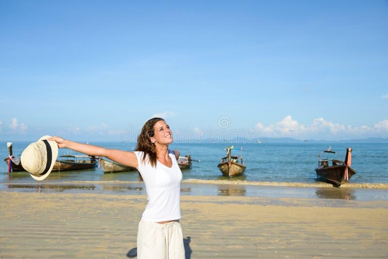Femme appréciant la liberté sur le voyage de la Thaïlande à la plage photo stock