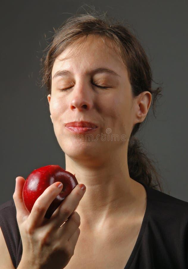 Femme appréciant la pomme photo libre de droits