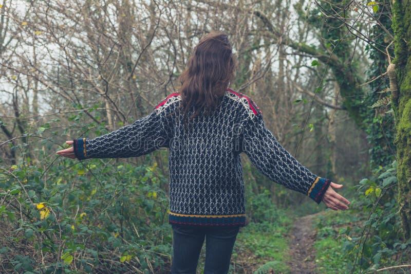 Femme appréciant la promenade dans la forêt photographie stock