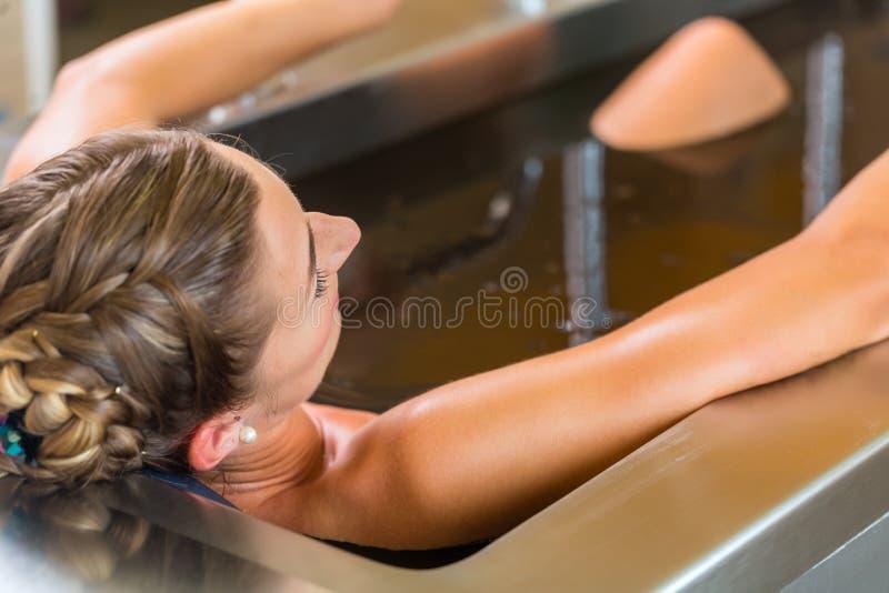 femme appréciant la thérapie d'alternative de bain de boue images libres de droits