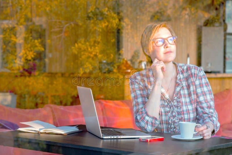 Femme appréciant la vue de lever de soleil dans l'intérieur à la maison confortable photos libres de droits