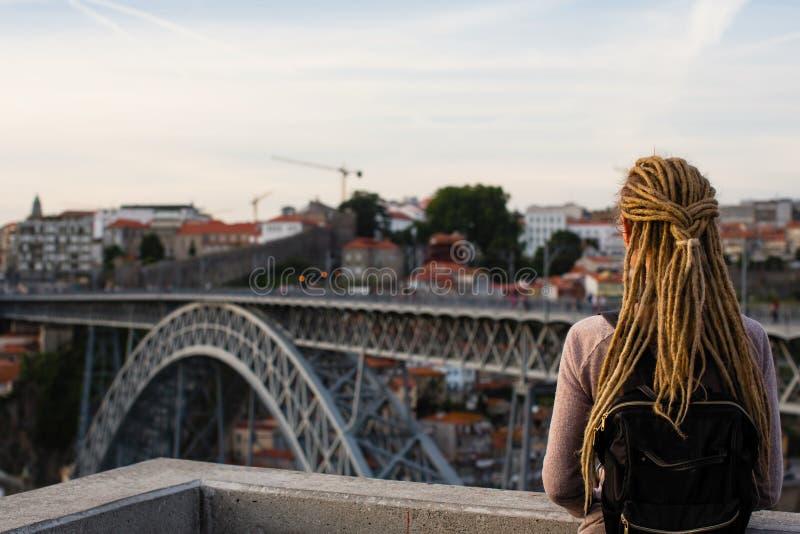 Femme appréciant la vue de la rivière de Douro et du pont de Dom Luis I dans PortoÑŽ photos libres de droits