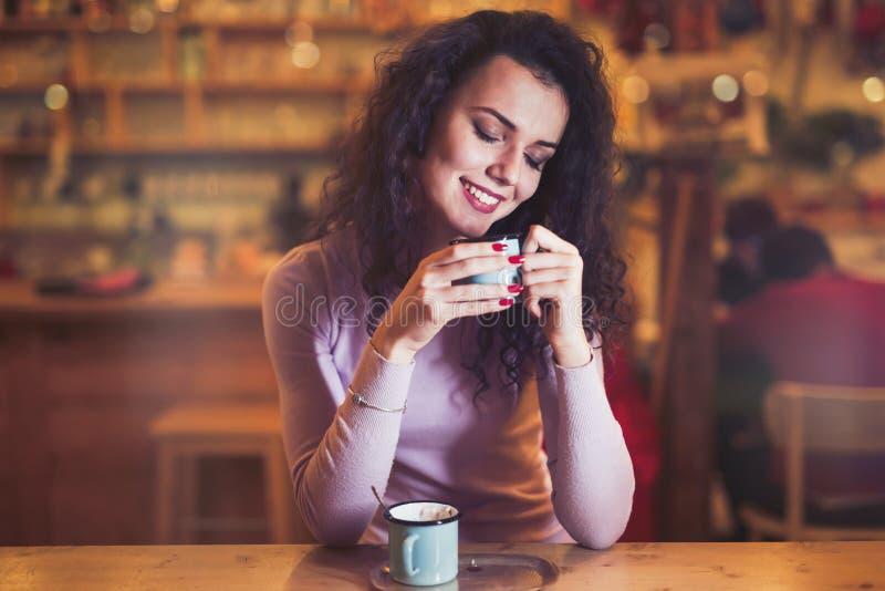Femme appréciant le café aromatique photographie stock libre de droits
