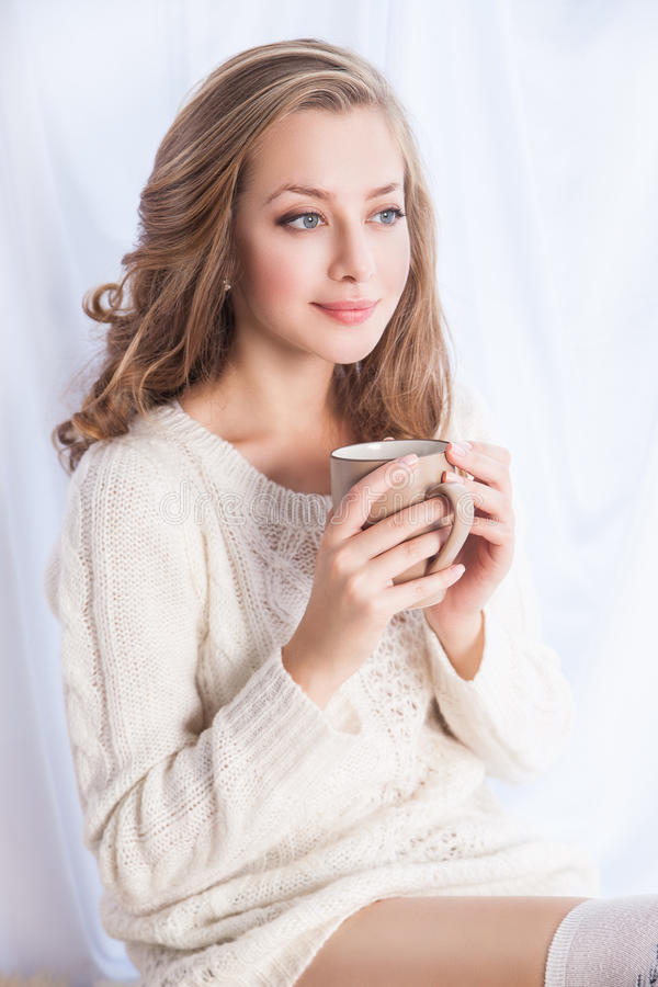 Femme appréciant le café tout en détendant à la maison images libres de droits