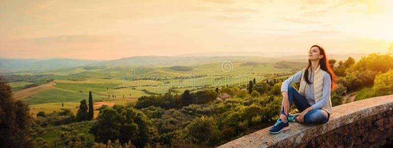 Femme appréciant le coucher du soleil et la nature Concept de libert? photos stock