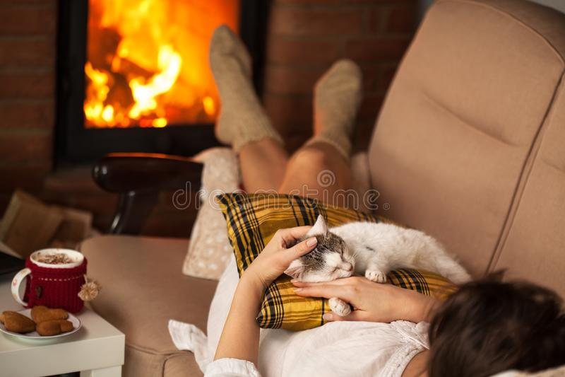 Femme appréciant le feu et une certaine bonne société - son chaton photo libre de droits