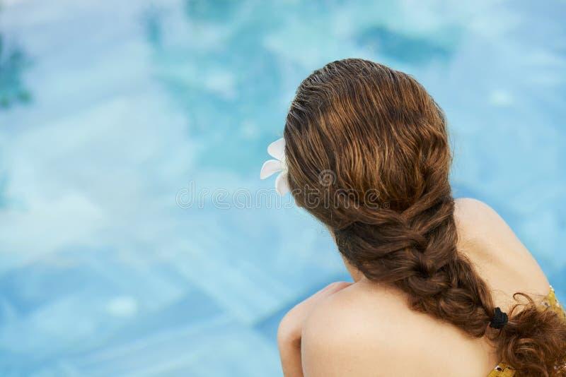 Femme appr?ciant le jour d'?t? par la piscine photo stock