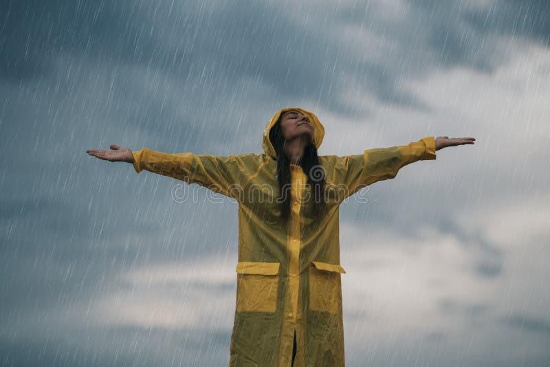 Femme appréciant le jour gris pluvieux d'automne dehors Jour doux photographie stock