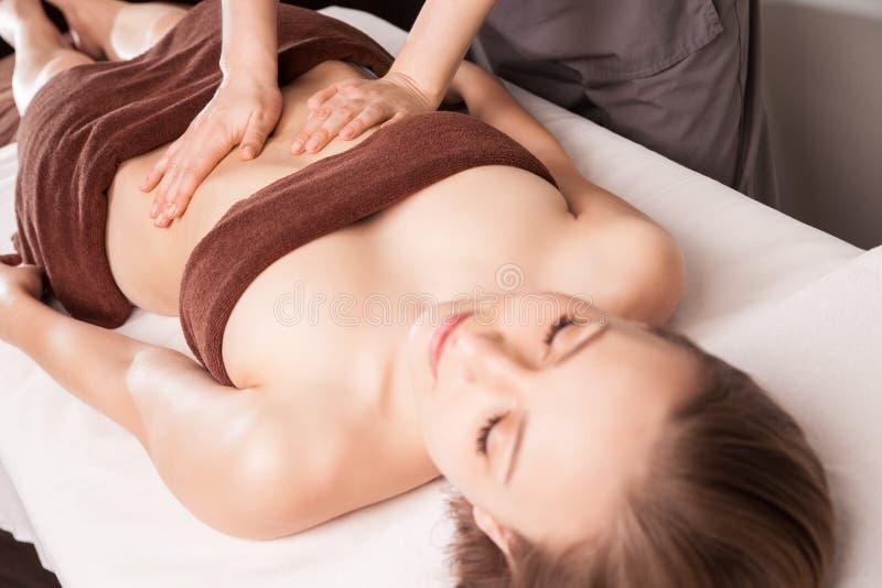 Femme appréciant le massage d'huile d'Ayurveda dans la station thermale images libres de droits