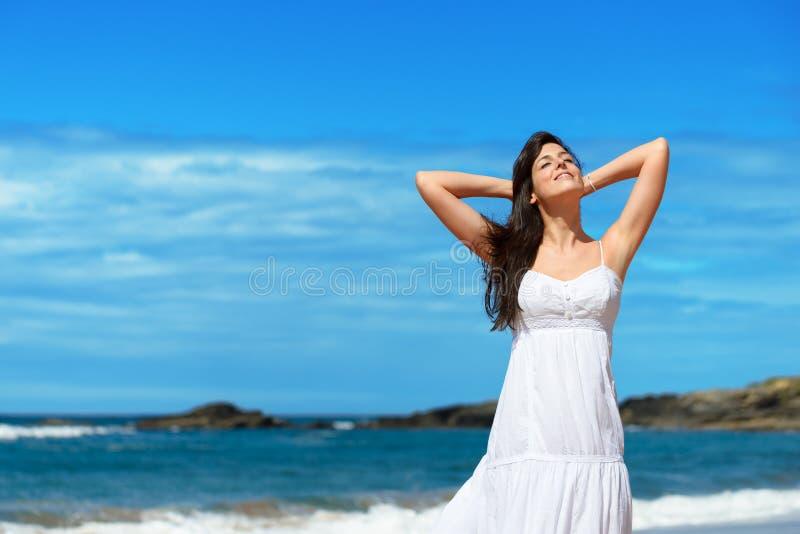 Femme appréciant le soleil l'été photographie stock libre de droits