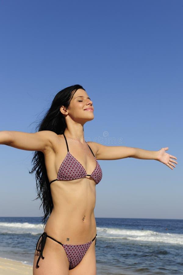 Femme appréciant le soleil sur la plage photos libres de droits