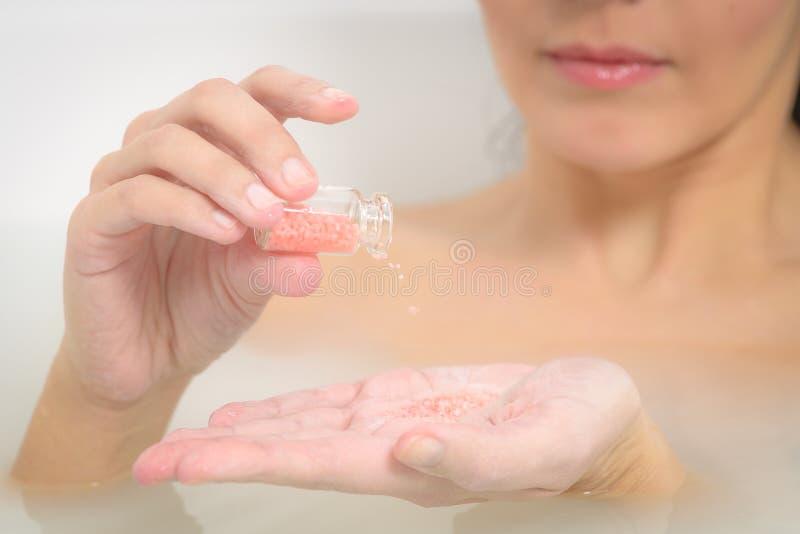Femme appréciant un bain thérapeutique d'aromatherapy image libre de droits