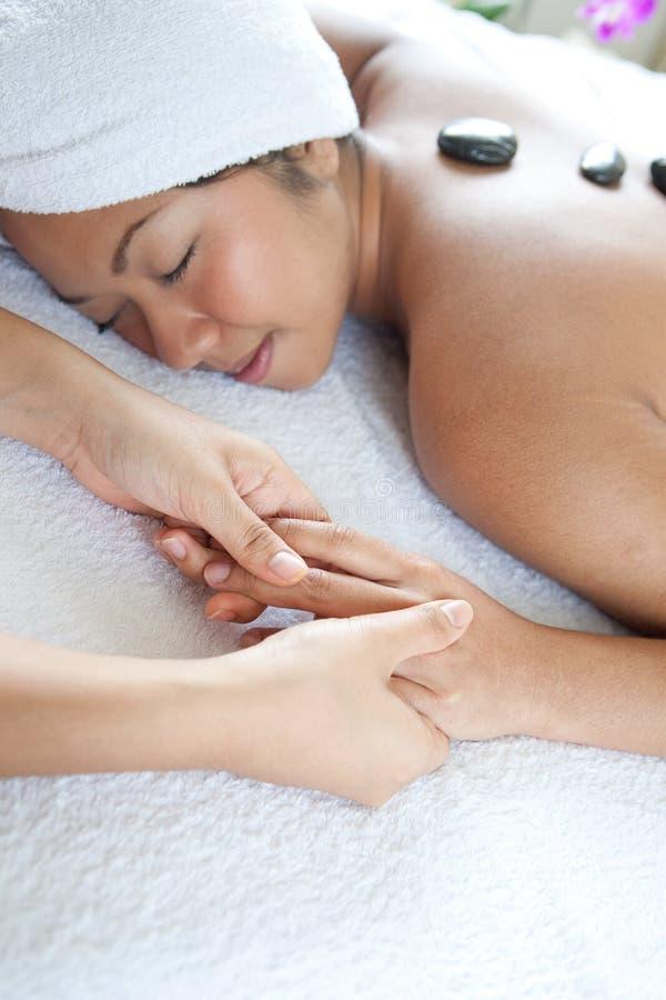 Femme appréciant un jour de massage à la station thermale photo stock