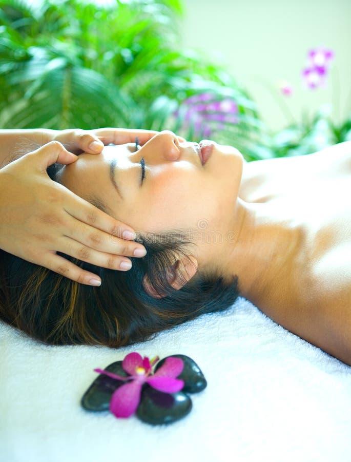 femme appréciant un massage principal holistique photo stock