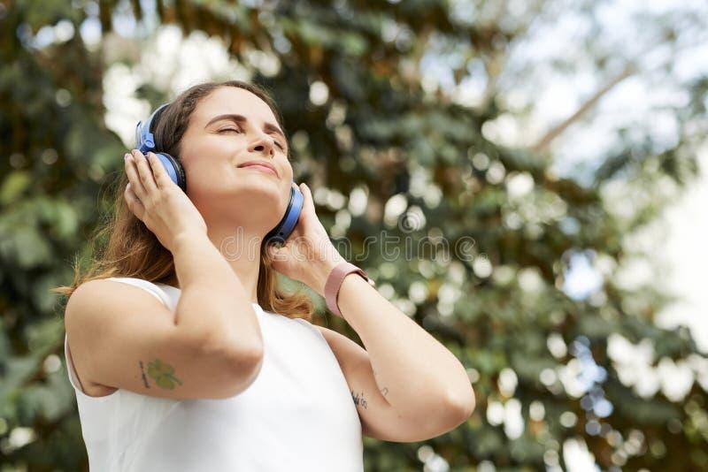 Femme appr?ciant la bonne musique images stock
