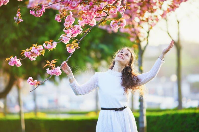 Femme appr?ciant la saison de fleurs de cerisier ? Paris, France image libre de droits