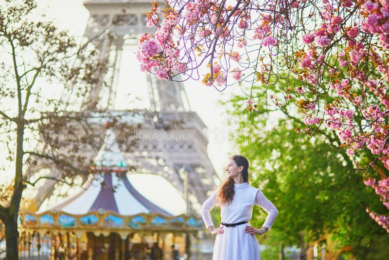 Femme appr?ciant la saison de fleurs de cerisier ? Paris, France images libres de droits