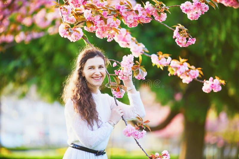 Femme appr?ciant la saison de fleurs de cerisier ? Paris, France photo stock