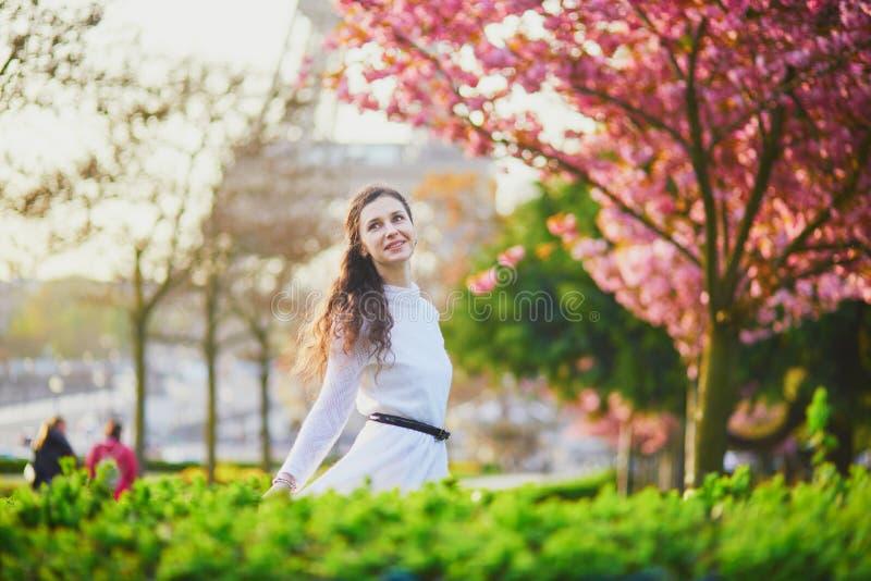 Femme appr?ciant la saison de fleurs de cerisier ? Paris, France images stock