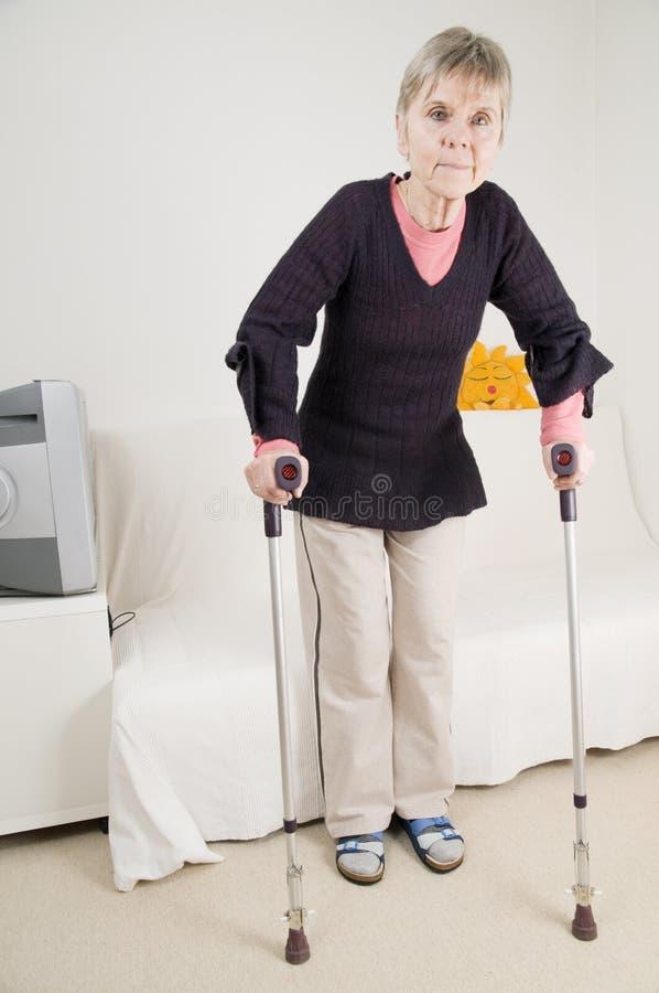 Femme après l'opération de hanche images stock
