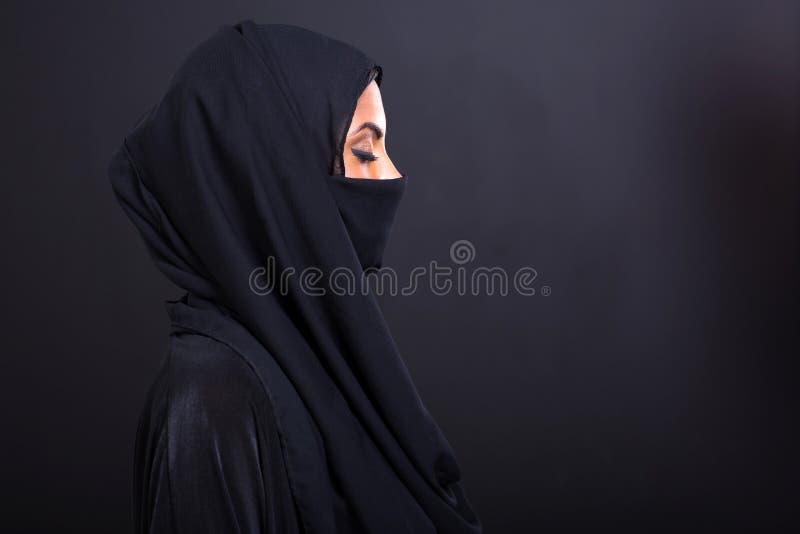 Femme Arabe avec des yeux fermés images stock