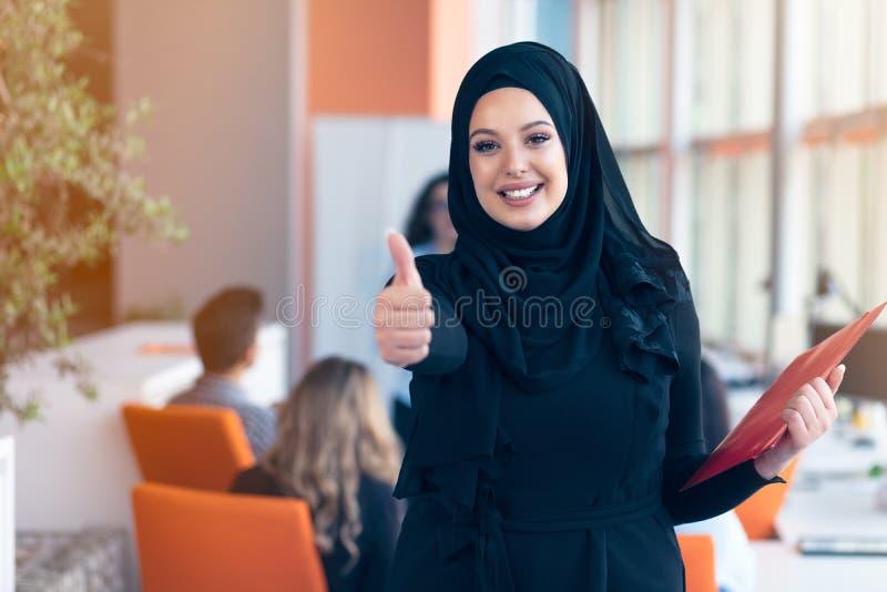 Femme Arabe d'affaires avec le hijab tenant un dossier photographie stock libre de droits