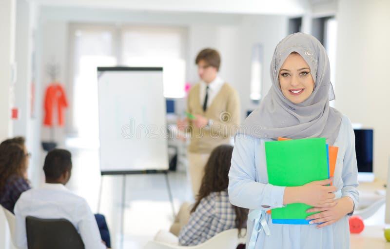 Femme arabe d'affaires travaillant dans l'équipe avec ses collègues au bureau de démarrage photos stock