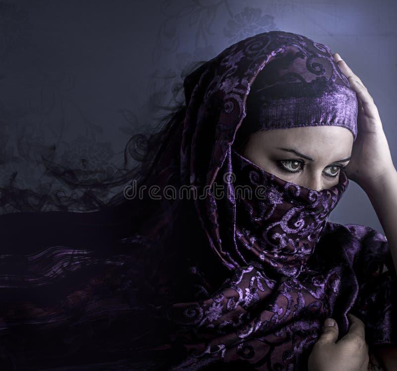 Femme arabe exotique regardant dehors portrait artistique avec le handma photos stock