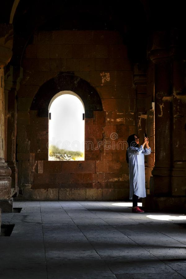 Femme arabe prenant une photo à l'intérieur d'un temple photos libres de droits