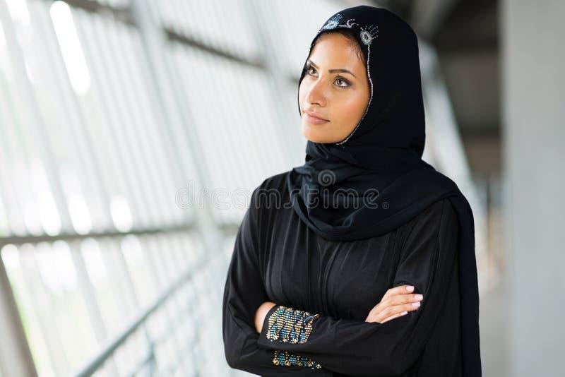 Femme Arabe réfléchie photo stock