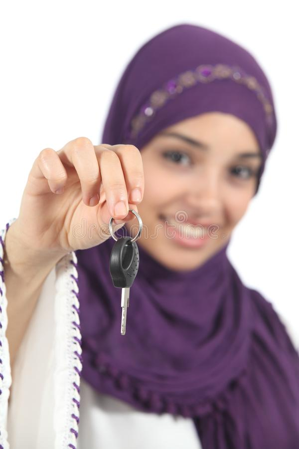 Femme arabe tenant et montrant une clé de voiture image stock