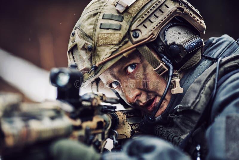 Femme armée dans le camouflage avec l'arme à feu de tireur isolé photos libres de droits