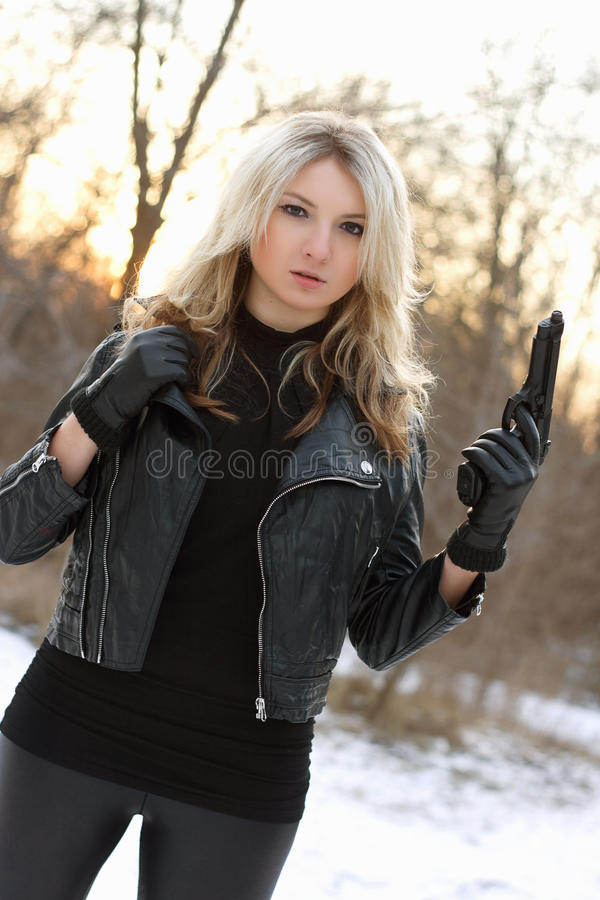Femme armée sérieuse en hiver photos stock