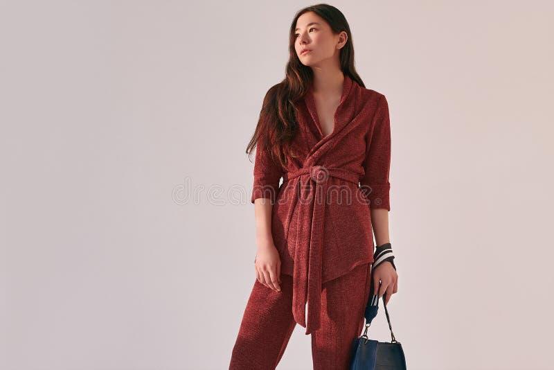 Femme asiatique élégante dans le costume rouge à la mode photos libres de droits