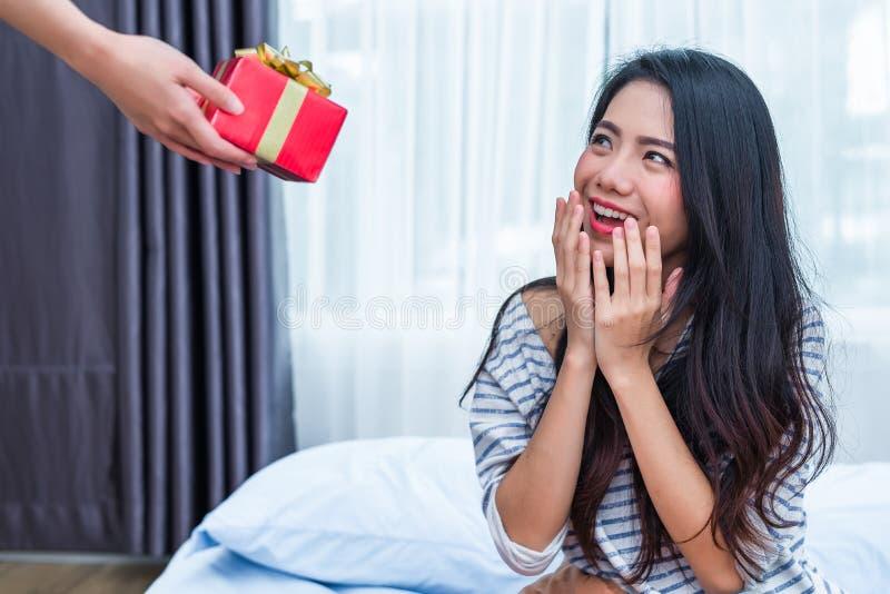 Femme asiatique étonnée par les cadeaux d'anniversaire Les gens et le concept de modes de vie Thème de Valentine et d'anniversair image libre de droits