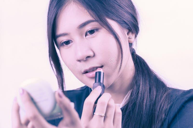 Femme asiatique appliquant le maquillage, utilisant le rouge à lèvres, pour le concept de beauté photo stock