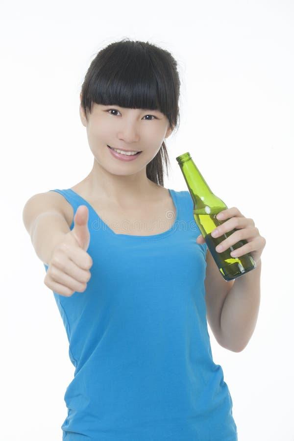 Femme asiatique appréciant une bière d'isolement sur le blanc photo stock