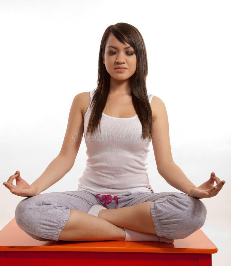 Femme asiatique attirant de Philippine faisant le yoga images stock