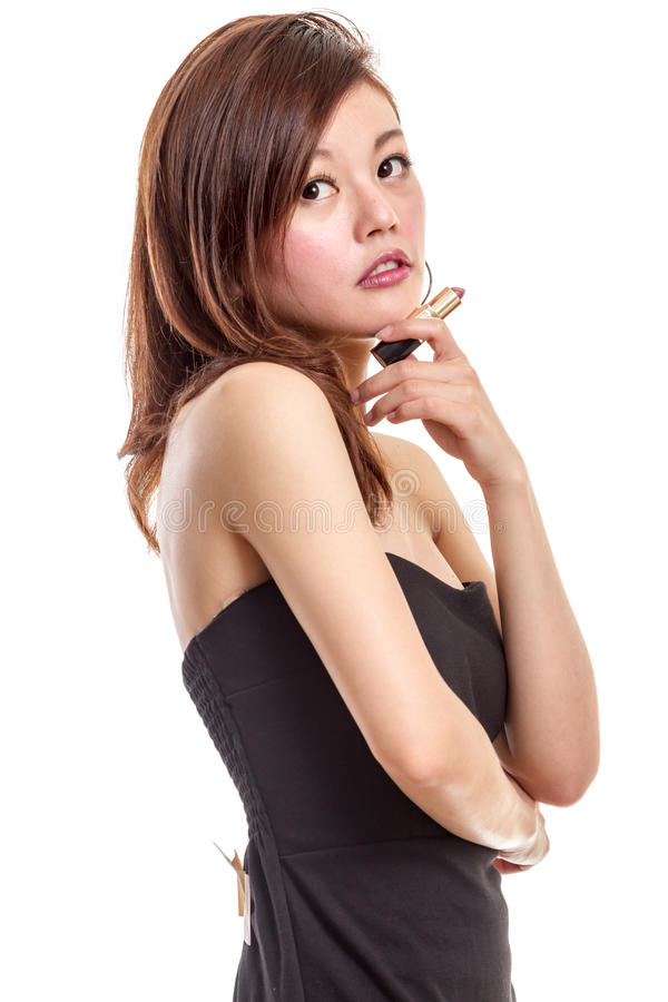 Femme asiatique attirante appliquant le maquillage images stock